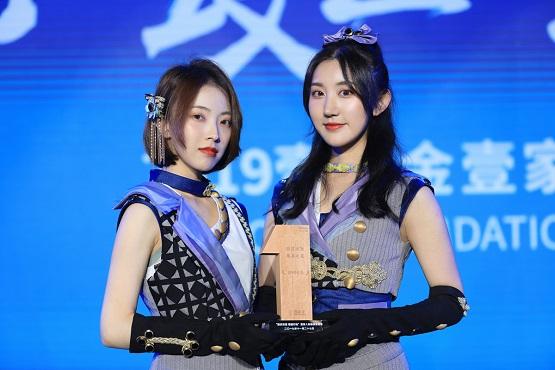 """SING女团出席壹基金晚宴 与邓超、杨幂同获""""慈善之星""""称号"""